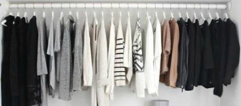 Armario ordenado con ropa blanca y negra