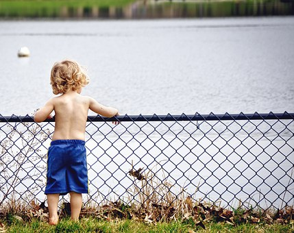 Niño pequeño con ropa de baño