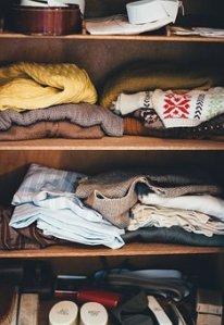 imagen de armario con prendas básicas