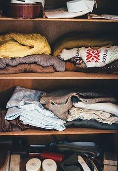 imagen de armario desordenado