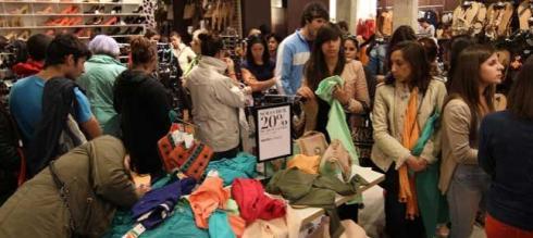 Imagen de una tienda llena de gente en rebajas.jpg