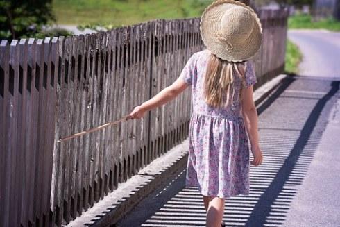 Niña pequeña con vestido floral y sombrero