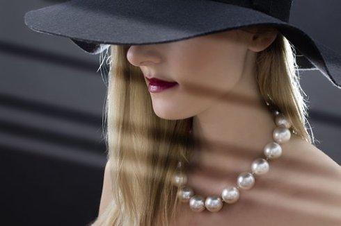 mujer con collar de perlas y sombrero tipo pamela.jpg