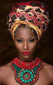 Mujer africana llevando accesorios de este estilo