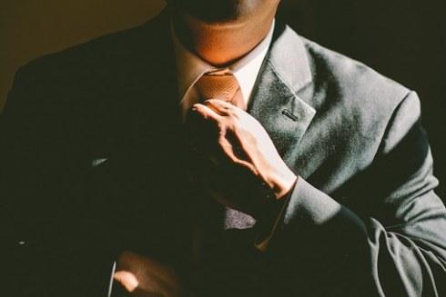 hombre vestido de traje con corbata