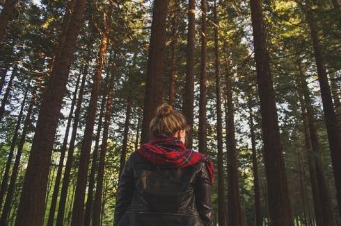 mujer con pañuelo y chaqueta de cuero en un bosque
