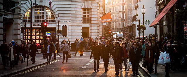 imagen de una calle con gente.