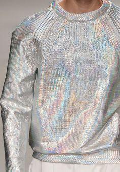 prenda de tejido iridiscente