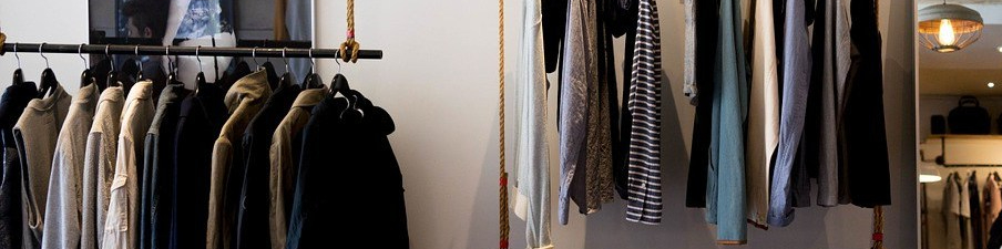 Imagen de un armario con ropa masculina