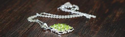 imagen detalle de un collar de plata de cristal verde