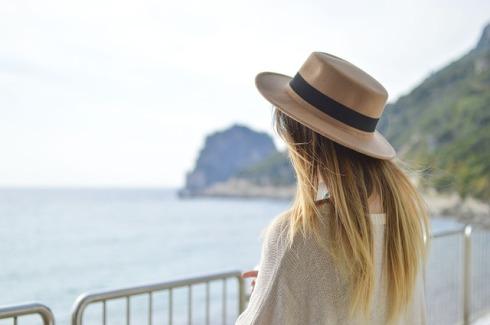 imagen de mujer en la playa con sombrero