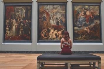 imagen de un mujer en un museo
