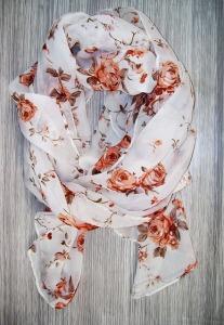 imagen de un pañuelo blanco con flores rojas
