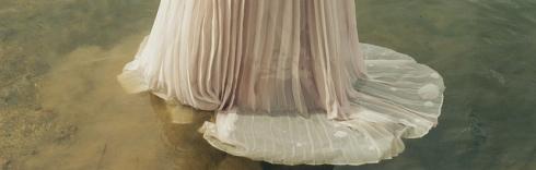 imagen de falda ligera en el agua
