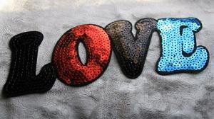 imagen de un parche que pone love