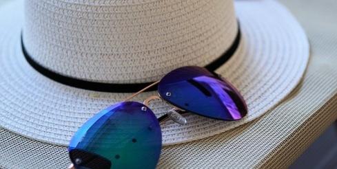 imagen de sombrero y gafas