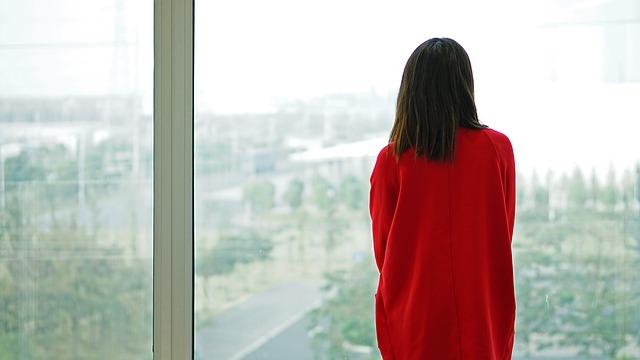 Imagen de mujer con jersey rojo