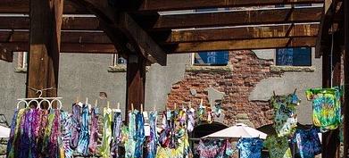 imagen de mercado con prendas Tie-Dye