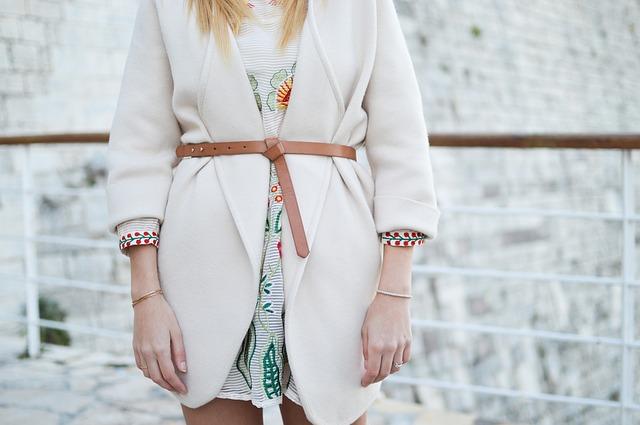 imagen de mujer con prenda básica de abrigo